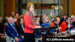 Заступниця міністра закордонних справ Олена Зеркаль (в центрі) вже привітала рішення суду