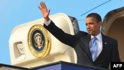 الرئيس الأميركي باراك أوباما يحيّي مودعيه في مطار الملك فهد بعد زيارته للسعودية في 4 حزيران 2009