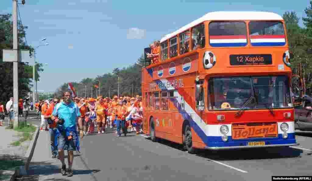 Попереду колони – їде автобус