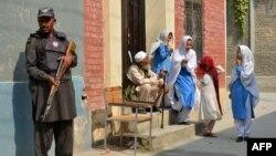 Бойовики «Талібану», які виступають проти того, щоб дівчата здобували освіту, організовували вибухи у сотнях шкіл у північнозахідних і племінних регіонах Пакистану, що межують з Афганістаном (архівне фото)