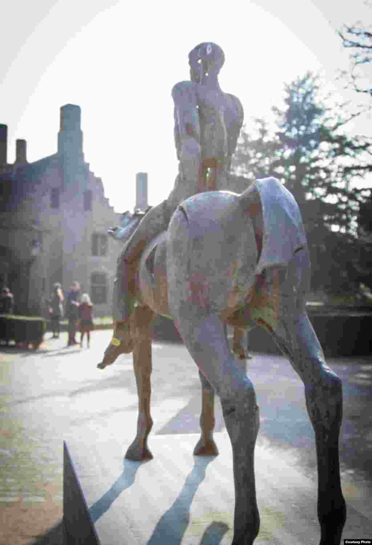 """""""И вышел другой конь, рыжий; и сидящему на нем дано взять мир с земли, и чтобы убивали друг друга; и дан ему большой меч..."""""""