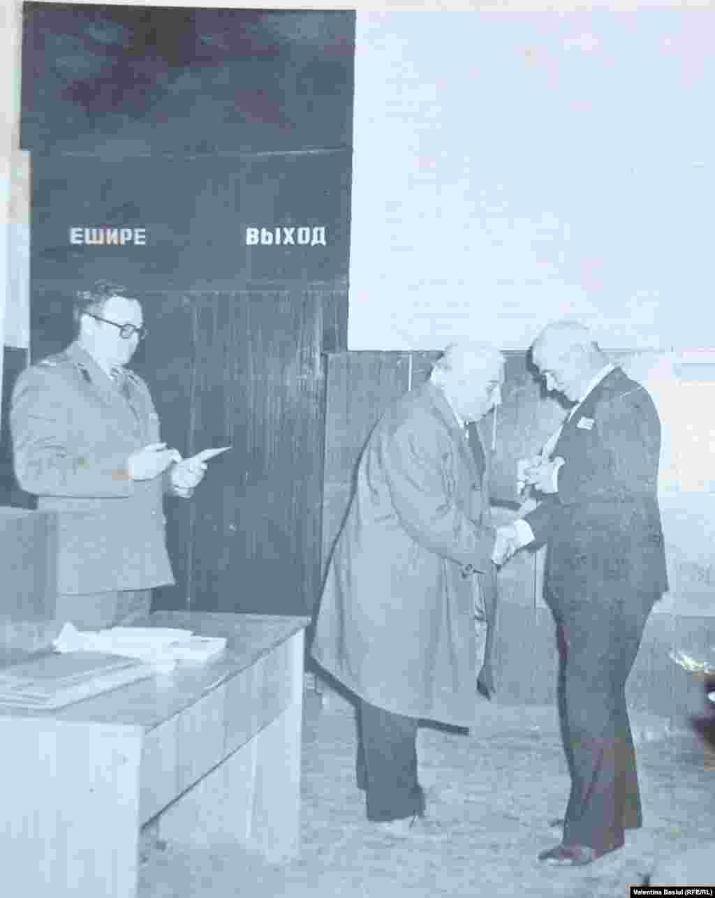 Gheorghe Bivol, veteran de război, primind o medalie la căminul cultural, 1970