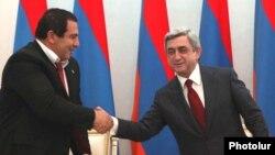 Արխիվ -- Գագիկ Ծառուկյանը եւ Սերժ Սարգսյանը կոալիցիոն հուշագիրը ստորագրելիս, 17-ը փետրվարի, 2011
