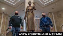 Слева-направо: Юрий Никишин и его представитель Ильнур Хамидуллин в Верховном суде РТ.
