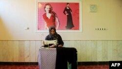 آرشیف، یک خانم در حال دوخت لباس در هرات