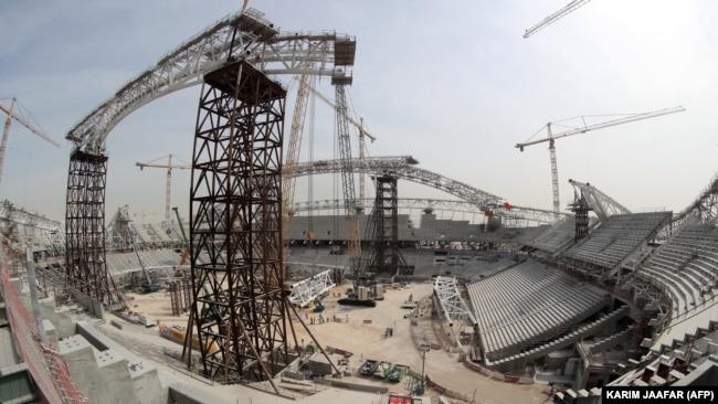 قطر متهم است که کارگران را در شرایط زندگی اسفبار نگاهداشته و آنها را وادار به کار در وضعیت خطرناک کرده است.