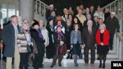 Архивска фотографија - Пензионери од Скопје во присуство на министерката за култура Елизабета Канческа-Милевска во посета на Археолошкиот музеј.
