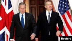 تونی بلر، نخست وزیر سابق بریتانیا در کنار جورج دبلیو بوش، رئیس جمهور وقت ایالات متحده در زمان جنگ عراق
