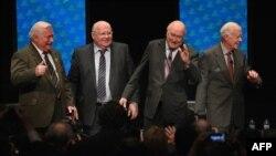Нобель сыйлығының лауреаттары (солдан оңға қарай) Лех Валенса, Михаил Горбачев, Фредерик Виллем де Клерк және Джимми Картер Иллинойс университетіндегі пікірталасқа қатысты. АҚШ, Чикаго, 23 сәуір 2012 жыл.