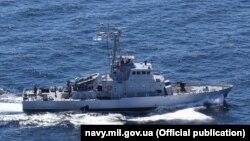 Катер «Старобільськ»(P 191) класу Island ВМС ЗСУ під час маневрів у морі