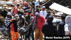Спасательная операция на острове Сулавеси. Индонезия, 2 октября 2018 года.