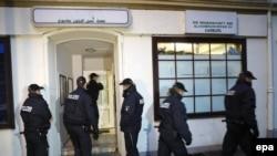 Германи -- Al-Taqwa олучу маьждигана хьалха лаьтташ бу цу чохь талламаш бан баьхкина полисхой. ХIамбург (Hamburg), 15 Лахь. 2016