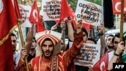 Турция - Акция протеста перед зданием генконсульства ФРГ в Стамбуле против принятия Бундестагом резолюции о признании Геноцида армян, 2 июня 2016 г․
