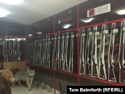 """Оружейный магазин """"Пантера"""" в Актобе после вооруженного нападения летом 2016 года выставляет на витрине только макеты оружия."""