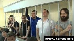 Орус камагында отурган украин деңиз аскерлери.