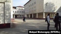 Школьники во дворе школы № 145 города Алматы. 22 октября 2013 года.