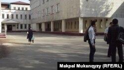Мектептің адында тұрған оқушылар. (Көрнекі сурет)