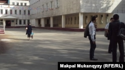 Учащиеся старших классов во дворе школы. Иллюстративное фото.