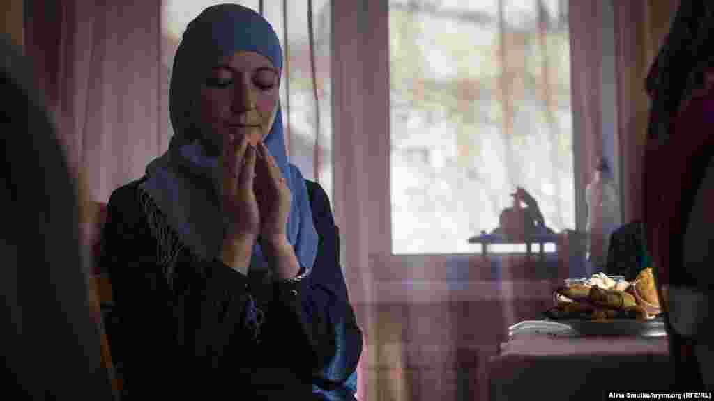 Мер'єм під час молитви. Через рік після арешту чоловіка