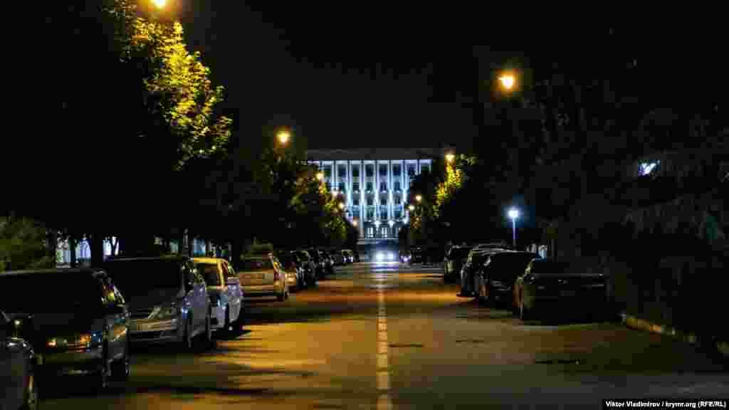 Вулиця Горького перед північчю. Вдалині видніється будівля підконтрольної Росії адміністрації Сімферополя