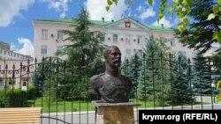 Бюст Николая II возле часовни в Симферополе