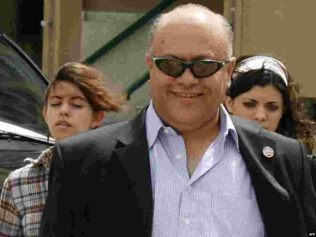 Блоггер Махмуд Аль-Юсуф выходит из здания суда, 2007.