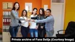 Fana Delija (druga s leva) sa kolegama i nagradom