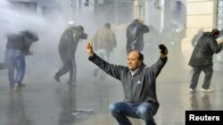 Разгон демонстрации с применением водометов в Тунисе 17 января