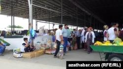 "Aşgabadyň ""Gündogar"" lomaý söwda bazary. Arhiwden alnan surat."