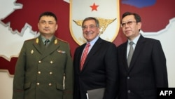 Таалайбек Омуралиев, Леон Панетта и Бусурманкул Таабалдиев, 13 марта. Бишкек.