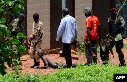 """Бойцы """"Селеки"""" пытаются выглядеть как законная власть. Арест мародера, прикидывающегося повстанцем, на улице Банги"""