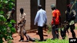 В столице ЦАР, Банги, боевики коалиции Селека арестовывают подозреваемого
