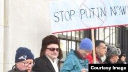 Антипутинская демонстрация возле Российского консульства в Нью-Йорке