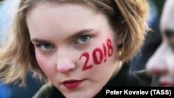 Санкт-Петербург. 7 октября 2017 года. Участница несогласованной акции в поддержку оппозиционера Алексея Навального