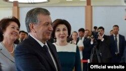 Өзбекстан президенті Шавкат Мирзияев пен оның әйелінің Бішкекте түскен суреті.