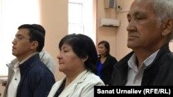 Бывший начальник Теректинского районного отдела образования Западно-Казахстанской области Светлана Чукурова (в центре) рядом с родственниками на оглашении приговора. Уральск, 2 октября 2015 года.