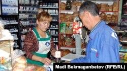 Шағын дүкенде сауда жасап тұрған адам. Алматы, 16 қазан 2012 жыл. (Көрнекі сурет)
