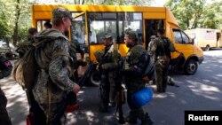 Пророссийские сепаратисты садятся в автобус. Краматорск, 5 июля 2014 года.