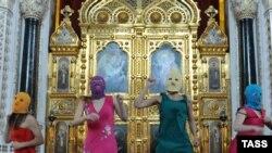 """მოსკოვი, 2012 წლის 21 თებერვალი: """"პუსი რაიოტის"""" წევრები მოსკოვის მაცხოვრის ტაძარში აღავლენენ პუტინის საწინააღმდეგო """"პანკ-ლოცვას"""""""