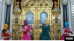 Участницы группы Pussy Riot в храме Христа Спасителя. Москва, 21 февраля 2012 года.