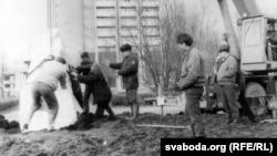 Дабрачынная талака ў Маладэчне – помнік усталёўваецца на падмурак, 1993 год