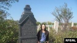 Мами Хамамото Оренбурның татар зиратында Мәхмүт бай Хөсәенов каберлеге янында