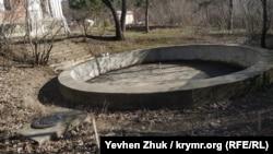 Бассейн несет следы реставрации