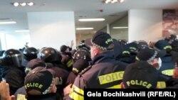 Полиция в офисе «Национального движения»