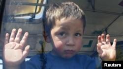 Dječak u Belvilu tokom preseljavanja Roma, 26. april 2012.