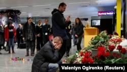 Родственники членов экипажа самолета Boeing У мемориала погибшим в авиакатастрофе вблизи Тегерана. Аэропорт Борисполь, 8 января 2020 года.