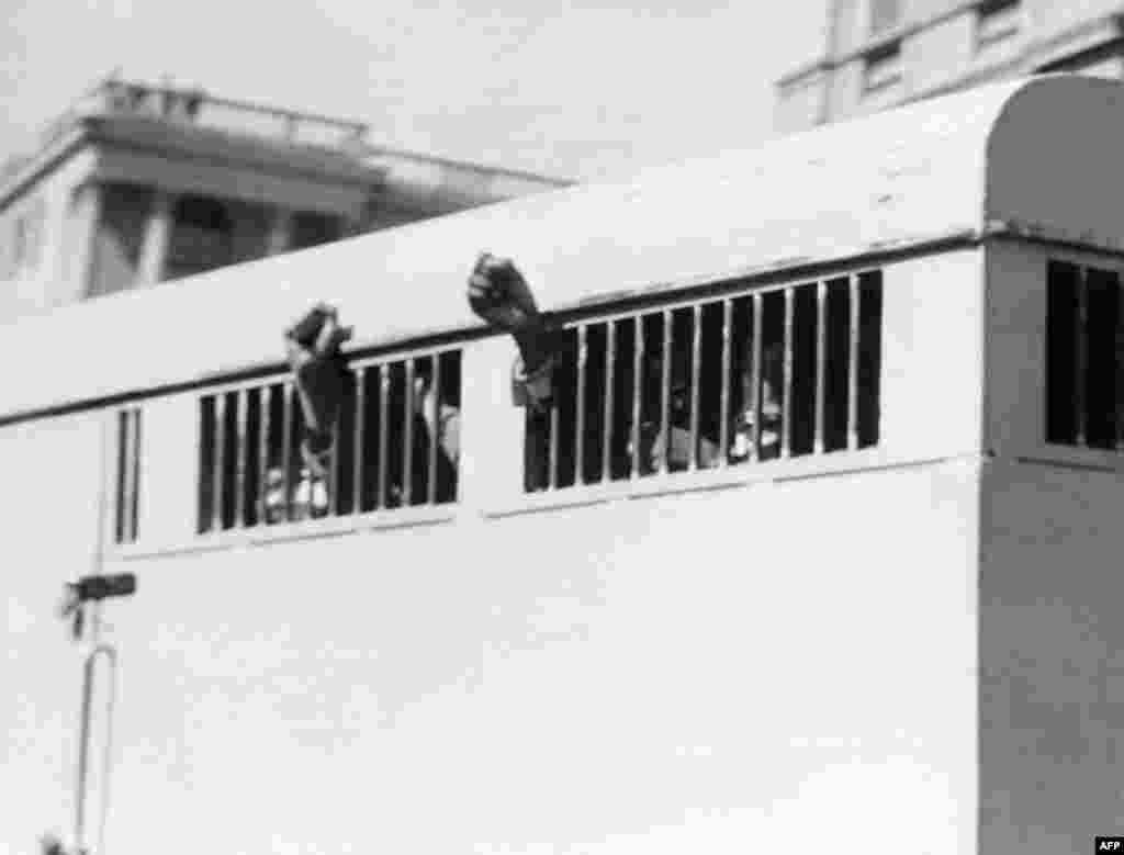 Борцы против апартеида, среди которых и Нельсон Мандела, демонстрируют жест неповиновения после назначения им пожизненного тюремного заключения в Претории в 1964 году.