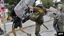 Судири на полицијата и демонстрантите во Атина