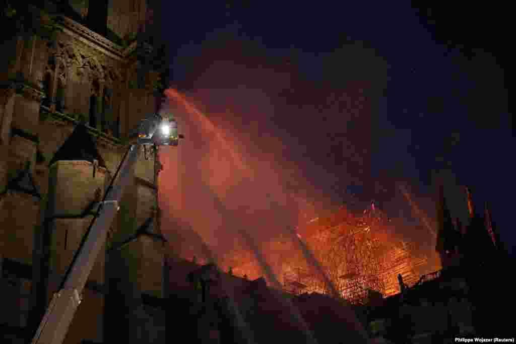 21:00 - пожарные все еще пытаются остановить огонь.