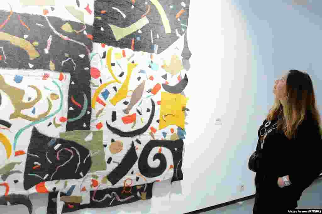 Рядом с работой «Разговор с небом» (шерсть, 2017 год) задержалась куратор, галерист Анара Форрестер (уроженка Алматы, живущая в Лондоне). О выставке она репортеру Азаттыка сказала следующее: «Очень энергично, впечатляюще. Здесь есть национальные мотивы и современное искусство. Всё переплетено: и фантазии, и энергия. Чувствуетсясоединение современности с прошлым. Мне очень нравится».